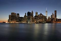 Großstadtflimmern (ploh1) Tags: newyork nyc bigapple skyline wolkenkratzer financialdistrict usa nachtaufnahme blauestunde eastriver spiegelung fluss wasser reflexion beleuchtet langzeitbelichtung hochhäuser südspitze manhattan lichter