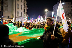 Spontane Demonstration von Kurden in Berlin für Afrin (tsreportage) Tags: afrin berlin demonstration efrin fahne flagge hermannplatz kreuzberg kundgebung kurden kurdistan kurds mitte neukoelln pkk rojava syria syrien tuerkei turkey ypg attack demo flag peace protest rally spontan spontaneous war ypj germany de