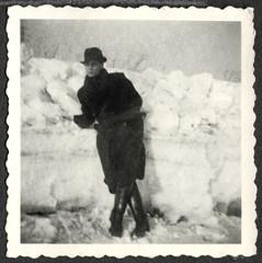 "Archiv Thür110 ""Winter 1940"" (Hans-Michael Tappen) Tags: archivhansmichaeltappen winter schnee mantel herrenmantel snow kleidung outfit fotorahmen outdoor lederstiefel stiefel 1940s 1940er porträt portrait"