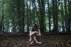 (leiremoreno) Tags: woman female girl mujer chica retrato portrait portraiture naturaleza natura nature bosque forest green verde body nude cuerpo feeling soul tree arbol fog niebla tropical carretera road red bokeh nikon d90 passion