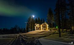 Casa de campo en Laponia (JoseQ.) Tags: aurora auroraboreal nocturna casa noche estrellas cielo laponia frio nieve granja campo arboles edificio luces