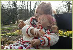 Kommt gut in die neue Woche ... (Kindergartenkinder) Tags: kindergartenkinder annette himstedt dolls sanrike gruga grugapark essen garten gras blume osterglocken