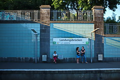 19:35 (RadarO´Reilly) Tags: landungsbrücken hafen harbour hamburg germany sbahn bahn bahnsteig bahnhof lightrail street strase streetphotography strasenfotografie