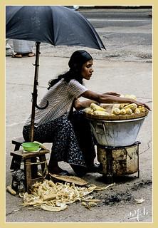 La vendeuse de maïs / The seller of corn - Rangoon - Birmanie / Burma (1987)