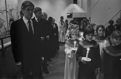 Lucia, Mariakyrkan, Växjö 1987 (Anders Österberg) Tags: children church flickor girls barnkör childrenschoir choir luciatåg lucia sweden växjö mariakyrkan candles ljus stearinljus tåg procession präst priest modern kyrka stämning mood