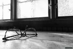 Forgotten (kentkirjonen) Tags: fönster window bw bord table glömda forgotten glasögon glasses canon 80d sweden sverige dalarna ue explore utforska cold winter vinter snow snö kallt