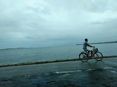 só um dia nublado (luyunes) Tags: praia cabofrio mar sea seascape beach temponublado mobilephotographie mobilephoto motozplay luciayunes bicicleta bike