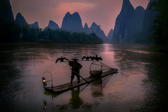The fisherman at dawn. (Massetti Fabrizio) Tags: sunrise sun sunlight sunset nikond4s night guilin guangxi guanxi yangshou yangshuo cina china landscape landscapes river rural