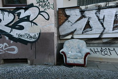 Please take a seat (österreich_ungern) Tags: project sammlung collection serie lost abandoned street urban berlin 44 neukölln armchair sessel chair seat facade wall tags grafitti rixdorf