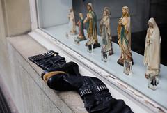 untitled (nicolasheinzelmann) Tags: schuhe figuren käfer schaufenster canoneos5dmarkii farbig farbe 5dmkii canonef50mmf14usm color dslr switzerland urban city winter flickr january januar 27januar2018 nicolasheinzelmann schweiz shoes heels
