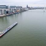 Luftbild: Schiff auf dem Rhein fährt an den Kranhäusern vorbei thumbnail