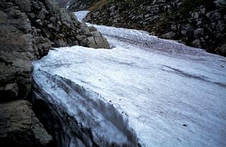 de Apennijnen nabij Assergi met sneeuwveld, Italië 1980