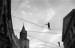 walk the line #2 (deeluuu) Tags: line walk sky highrope festival carnavalsztukmistrzów lublin poland street streetphotography urban balckandwhite czarnobiałe bw monochrome analogue grain film 35mm kentmere kentmere400 yashicaelectro35 ilfotecddx