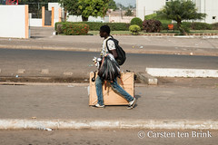 Vendor on the move (10b travelling / Carsten ten Brink) Tags: 10btravelling 2017 abidjan africa africaine african afrika afrique carstentenbrink cotedivoire elfenbeinkueste iptcbasic ivorian ivorycoast westafrica yamoussoukro africain carrying cmtb ivoirien ivoirienne roadphotography tenbrink vendor icarry carry porter tragen portage