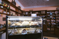 Emily's Bistro (Filippo Pappalardo) Tags: quandong pie food pastry sweet dessert desert quirky quorn emilysbistro greatnorthernemporium flindersranges australia southaustralia old style building ceiling decoration