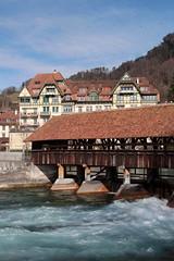 Obere Schleuse - Scherzligschleuse Thun ( Gedeckte Aareschleuse - Wehr - Baujahr 1818 ) in der Aare ( Fluss River ) in der Altstadt - Stadt Thun im Berner Oberland im Kanton Bern der Schweiz (chrchr_75) Tags: christoph hurni chrchr75 chrchr chriguhurni chriguhurnibluemailch märz 2018 schweiz suisse switzerland svizzera suissa swiss albumregionthunhochformat thunhochformat hochformat kantonbern kanton bern thun thoune stadtthun albumstadtthun bärn berner oberland berneroberland stadt city ville kaupunki città シティ stad ciudad