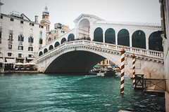 (Babette VM) Tags: venice venetie italy citytrip love europe europetour vacation vakantie vakance girl boy bridge grandcanal grand canal italie rialto rialtobridge ponte pontedirialto building water architecture people sky boat arch wonderfull tourist tourists canalgrande grande