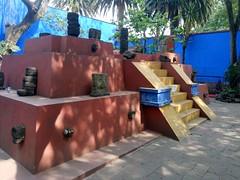 Frida Kahlo's pyramid. (yaotl_altan) Tags: frida fridakahlo coyoacán museofridakahlo fridakahlomuseum casaazul bluehouse cdmx mexicocity ciudaddeméxico mexique mexikostadt mexiko cidadedoméxico cittàdelmessico ciutatdemèxic ме́хико mèxic méxico ме́ксика messico mexico pyramid pirámide piramide pyramide пирами́да pirâmide