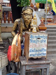bogeyman or holyman asking for donations (the foreign photographer - ฝรั่งถ่) Tags: laksi temple old man figure soliciting donations box grass for cows bangkok thailand sony