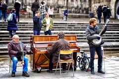 El trío a la Catedral ♪♫ (Fnikos) Tags: street plaça plaza music música trío band people steps outdoor