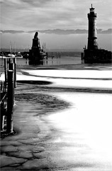 000441 (la_imagen) Tags: sw bw blackandwhite siyahbeyaz mood wintermood winter winterstimmung kış kışatmosferi lindaulindau im bodenseebodenseebodenseela imagenlake constanzelago di constanzalago de constanza harbour hafen liman fener lighthouse leuchtturm