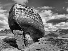Náufrago (jantoniojess) Tags: fortwilliam corpach corpachshipwreck naufragio náufrago escocia scotland barco barcovarado barcoabandonado proa popa ruina reinounido playa sea highlands cloud nubes blancoynegro monocromático embarcación ship blackandwhite