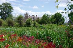Jardin rouge & cheminées (ilana.greendel) Tags: bretagne breizh brittany château jardin