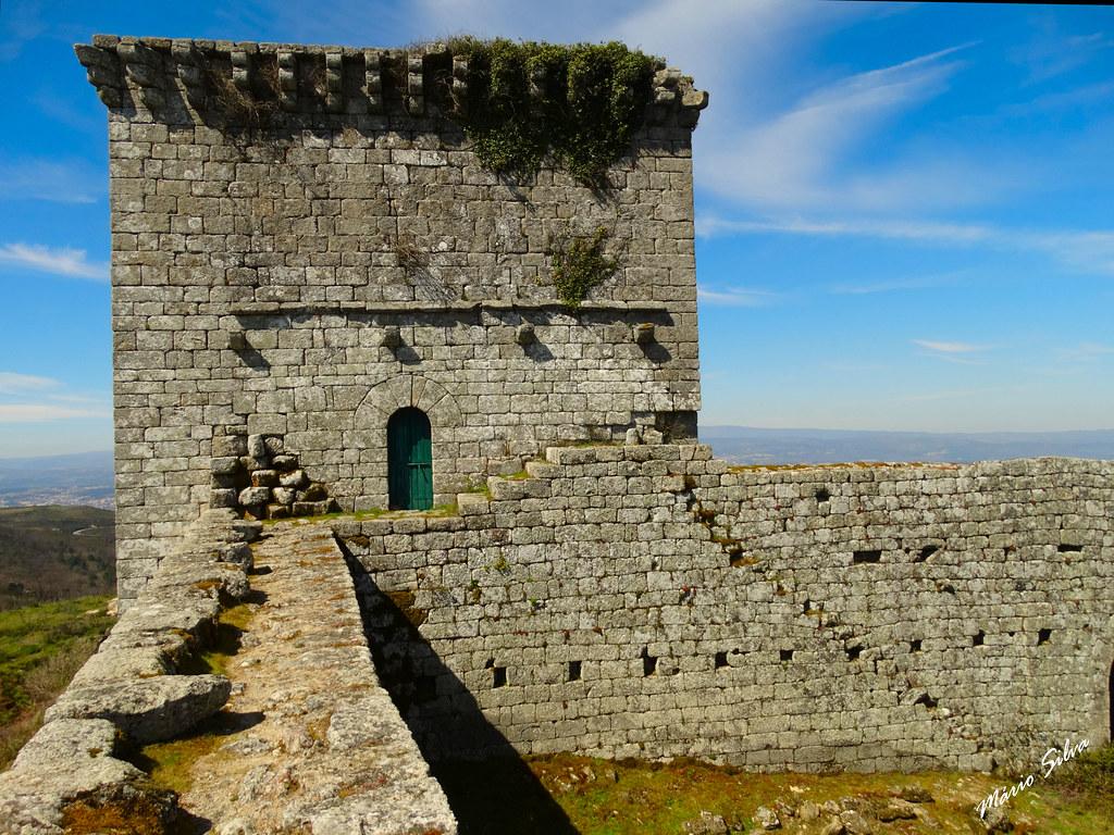 Águas Frias (Chaves) - ... muralha e torre de menagem do castelo de Monforte de Rio Livre ...