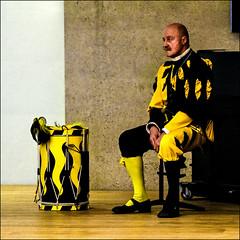 Der Trommler (Armin Fuchs) Tags: arminfuchs drummer trommler spielmann yellow black drum cage musicircus heidelberg theater