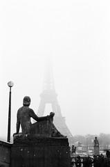 Leica M3 summicron + Ilford HP5 (maiteddn) Tags: leica argentic argentique noiretblanc blackandwhite ilford eiffel tour statue réverbère paris neige clairobscur shadow summicron 50mm