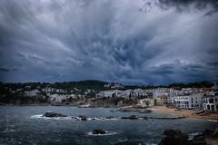 Keep under cover... (Salva Pagès) Tags: nube nuvol nuage nubes nuvols clouds storm tempesta tormenta calelladepalafrugell calella meteo meteorologia forecast platja playa beach cel cielo sky