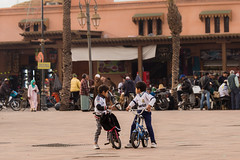 Kids playing at Place des Ferblantiers (Tim&Elisa) Tags: marrakech morocco canon africa placedesferblantiers streetlife