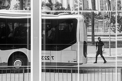 mundo espelhado (renanluna) Tags: homem man ônibus bus reflexo reflex monocromia monochromatic pretoebranco blackandwhite pb bw sãopaulo 011 sp br 55 fuji fujifilm fujifilmxt1 xt1 fujinonxf55200mmf3548rlmois fujinon renanluna