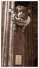 Le chemin des anges (Jean-Marie Lison) Tags: eos80d sigmaart bruxelles église notredamedusablon sculpture basrelief angelot signalisation