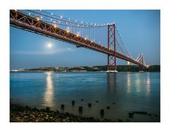 Alcântara, Lisboa (Sr. Cordeiro) Tags: alcântara lisboa lisbon portugal rio tejo tagus river noite night ponte bridge ponte25deabril reflexo reflex lua moon paisagem landscape panasonic lumix lf1