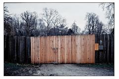 (schlomo jawotnik) Tags: 2018 januar wolfenbüttel zaun tor sechs 6 hell dunkel bäume briefkästen schloss kodakgold200 usw