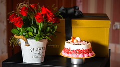 i Love You Mama (dr.7sn Photography) Tags: mother happymothersday mama mommy flower rose redflower bouqeh birthdaycake cake br box gift gold black