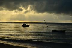 Novo cenário (Márcia Valle) Tags: chuva rain mar sea praia beach nuvens clouds cloudyday rainyday bahia brasilo brazil márciavalle nikon d5100 reflections reflexos barradecaravelas caravelas