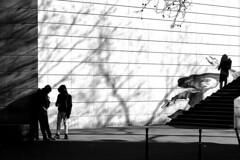 Plotting (pascalcolin1) Tags: paris13 hommes men femme woman ombres shadows mur wall lumière light complot plotting photoderue streetview urbanarte noiretblanc blackandwhite photopascalcolin 50mm canon50mm canon