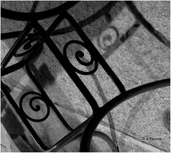 Ferros e sombras. Irons and shadows. (Esetoscano) Tags: abstracto abstract impresionesabstractas abstractimpressions hierros irons sombras shadows pavimento pavement rostro face bw bn byn monocromo monochrome texturas textures