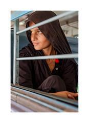 Portrait femme, Voyageuse, Gare de Jodhpur, Rajasthan, Inde-2059 (helenea-78) Tags: voyageur voyageuse passagere passagère train portraitderue femme woman inde jodhpur portrait photoderue streetphotography street rajasthan