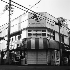 Momodani (Vinzent M) Tags: japan zniv tlr rollei rolleiflex 35 zeiss planar osaka 日本 大阪 kodak tri x momodani 桃谷