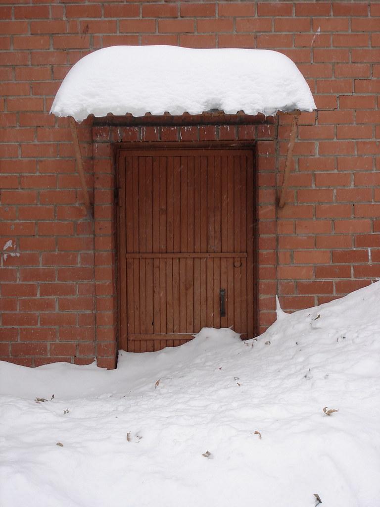 фото: Заваленная снегом дверь