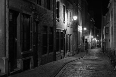 Rue de Ruysbroeck, Sablon, Brussels, Belgium (Plan R) Tags: night evening monochrome blackandwhite cobblestone dark brussels sablon ruysbroeck leica m 240 noctilux 50mm