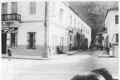 Αριστερά γραφεία  και νηματουργείο των Θ. ΚΑΒΡΗ, Γ. ΚΑΒΡΗ, Ε. ΠΑΝΟΥΡΓΙΑ, Θ. ΡΟΖΑΝΙΤΟΥ και Δ. ΧΑΤΖΟΠΟΥΛΟΥ, Πλατεία Αθανασ. Διάκου, έναντι Μητρόπολης Λιβαδειάς. Δεύτερο κτιριακό συγκρότημα. (Giannis Giannakitsas) Tags: λιβαδεια livadia livadeia βοιωτια greece grece griechenland viotia boeotia lebadeia λειβαδεια πηγεσ κρυασ