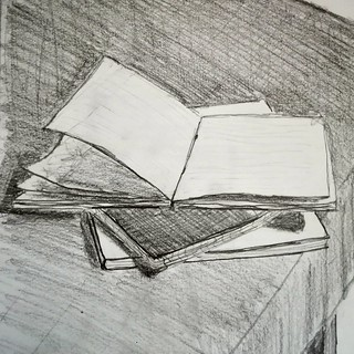 Empilement de carnets en bord de table. Nature morte en équilibre précaire...