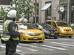 New York (LUIS FELICIANO) Tags: newyork ciudad coches edificios calles carretera guardia personas airelibre olympus e5 lent1260mm