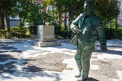 No quiero pedestales (J.vier) Tags: estatua statue monumento monument writer poet escritor poeta parque park pedestal green verde bronce bronze olympus prime lens sony emount mirrorless apsc
