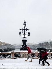 ... Gente en Sitios ... (Lanpernas .) Tags: nieve snow gente genteensitios puente invierno donostia modernidmo modernismo dragoneshelados