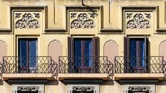 Barcelona - Balmes 119 c (Arnim Schulz) Tags: modernisme barcelona artnouveau stilefloreale jugendstil cataluña catalunya catalonia katalonien arquitectura architecture architektur spanien spain espagne españa espanya belleepoque window fenster ventana finestra fenêtre art arte kunst baukunst modernismo gaudí liberty ornament ornamento